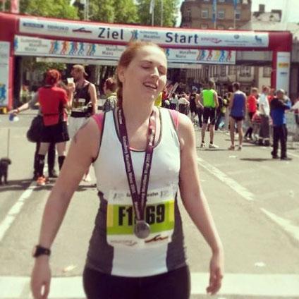 Ich, wenige Minuten nach dem Zieleinlauf meines ersten Marathons in Mainz 2015.