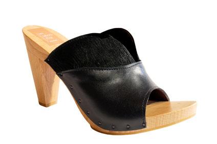 Chaussure d'été sur semelle à haut talon bois, réalisée sur mesure par les sabots d'isa à saint-bertrand-de-comminges
