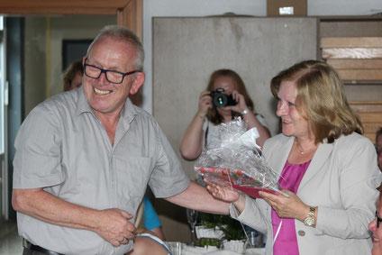 Roland Metz (li) und Hiltrud Lenz feiern ihren Abschied von der Goldbachschule