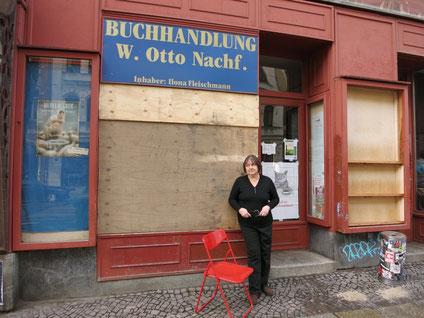 Ilona Fleischmann vor ihrer Buchhandlung in Connewitz