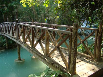 Brücke über einen Fluss. Seminare, die Übergänge gestalten, fördern den eigenen Lebensweg zu gehen, nächste Schritte im Leben zu gehen.