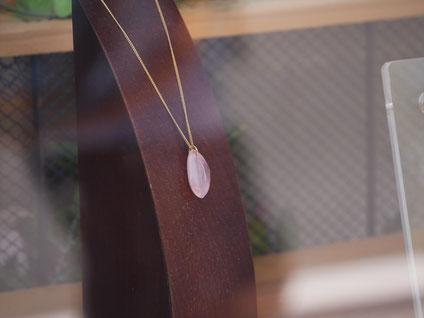 ショーウィンドウに飾られたネックレス