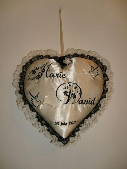 maxi coeur avec prénoms et colombes orné de 2 dentelles : me contacter pour tarfif