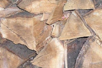 Das Scheitholz muss gelagert werden und eine möglichst geringe Restfeuchte aufweisen.