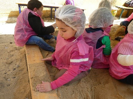 حتى حواف حوض الرمل تعد مكان مناسب وجيد للعب