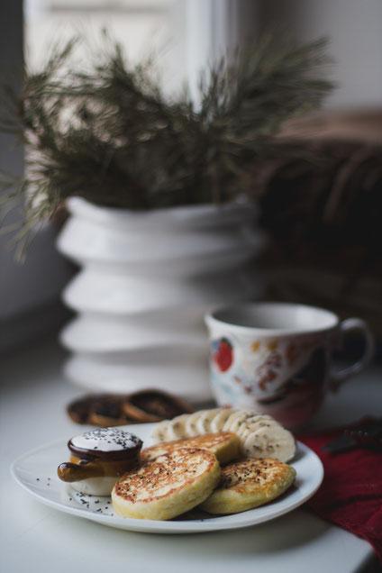 Leckere Haferflockenpfannkuchen mit Banane nd Joghurt, winterlich arrangiert.