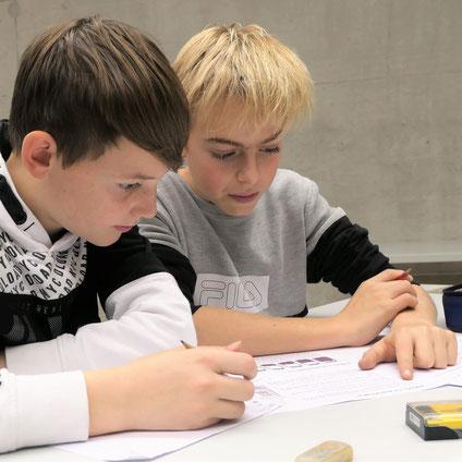 Zwei Jungs der KAnti Willisau über einer Mathe-Aufgabe