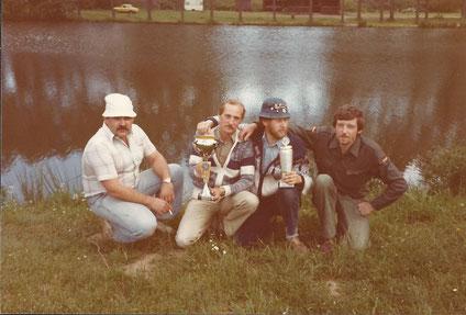 Unsere erfolgreichen Angler im Jahre 1979. (v.l.n.r. P. Masloh, W. Gerstner, W. Funke, L. Weisgerber) Im Hintergrund der August-Kaub-Weiher und unsere damalige Vereinshütte.