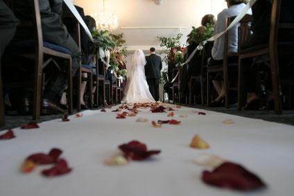 Ein Brautpaar bei einer Kirchliche Trauung