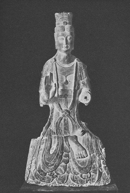 LI. Statue monumentale de Bodhisattva, pierre  (Ve siècle) (Ancienne collection Worch ; actuellement au Musée de Boston).