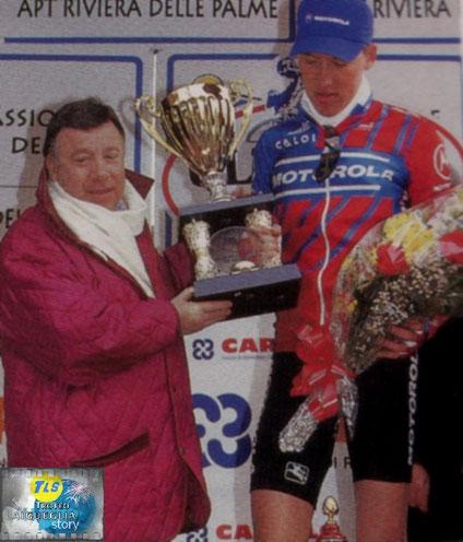 Trofeo Laigueglia 2005: Axel Merckx viene premiato dal papà di Diego Pellegrini come miglior scalatore.