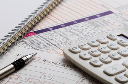 納税申告書と電卓とボールペン