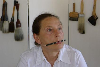 Das Bild zeigt die Autorin Marie Dréa mit einem Stift im Mund.
