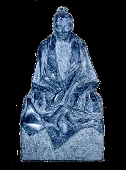 Meditation in Stein, aus anthrazitfarbigem Stein. (Diabas)
