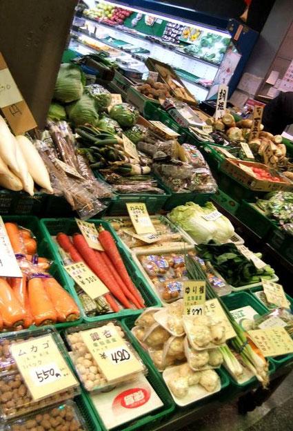 Au-dessus des carottes géantes, en haut à gauche : des daïkons (radis-navets géants)