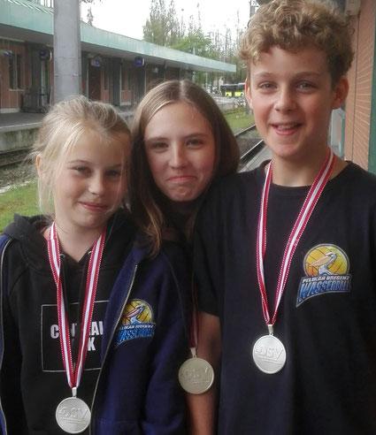 Erfolgreiche Medaillenträger Lina Feurstein, Alva Rothe und Linus Längle