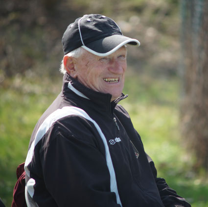 Der andere Phoenixtrainer, Kurt Büttler, beobachtet kritisch das Geschehen. Doch bei den gezeigten guten Leistungen hat er gut lachen!