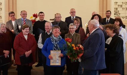 Heidrun Ebert erhält die Ehrungsurkunde für 25 Jahre singen im Kirchenchor