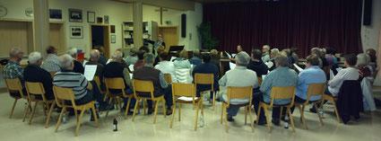 """Julia Brock, Absolventin der Chorleiterakademie Karlsruhe, bei der Arbeit mit dem Evangelischen Kirchenchor als """"Studio-Chor"""""""