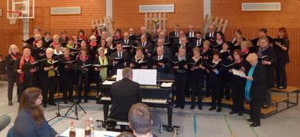Eröffnung durch den großen Gastgeberchor mit Dirigent Eric Grunwald am Flügel