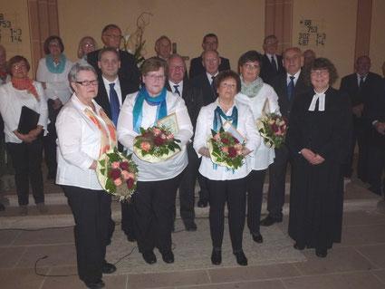 Die 7 Jubilare mit Pfarrerin Ulrike Walter und Chorobmann Werner Kuch
