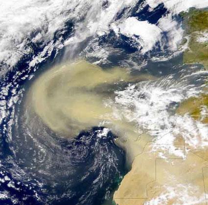 Bildquelle: NASA | Ein massiver Ausbruch von trockener Saharaluft auf den Atlantik.