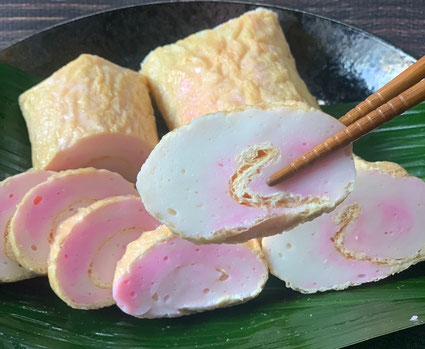 愛媛県特有のあげ巻。油揚げに蒲鉾の身を一つ一つ手巻きで仕上げています。