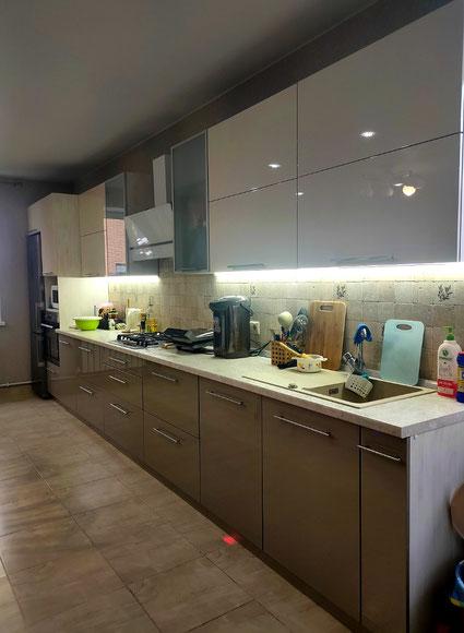 Большая и светлая кухня! Фасады эмаль, фурнитура BLUM.