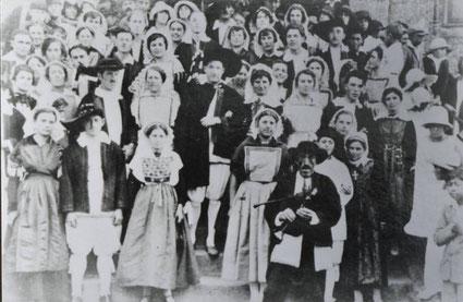 Le Rouge, au premier plan, lors des Assemblées du Bourg de Batz au début du XXème siècle