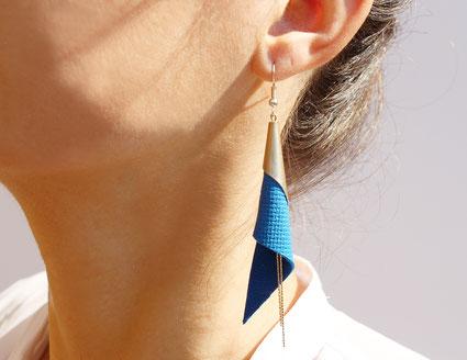 créations bijoux- créateur bijoux- bijoux fait main-bijoux cuir- créateur bijoux cuir- création bijoux- -sarayana-handmade jewelry-leather jewelry-bijoux de créateur- boucles d'oreille cuir- boucles d'oreille bleu électrique- boucles d'oreilles arum