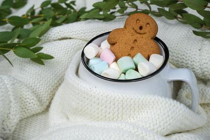 桔梗、バラ、カーネーション、菜の花。紅茶の入ったカップ&ソーサ。便箋とボールペン。新春のご挨拶。