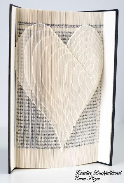 Buch gefaltet Herz Geschenk Valentinstag