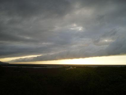 今日の夕方のうみまち海岸。一直線に走る雲の向こうに少しだけ夕焼けの空。