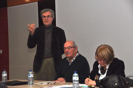 Claude Fages, président d'Isère Gérontologie introduit la soirée, aux côtés de Jean Giard, modérateur et Annie Eveno, intervenante d'Alertes 38