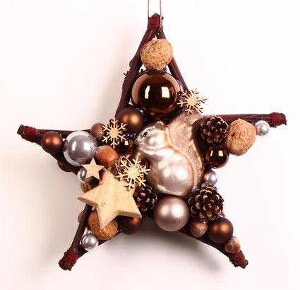 Stern Design in braun mit Eichhörnchen - Glaskugeln - Holzstern und Nüssen.