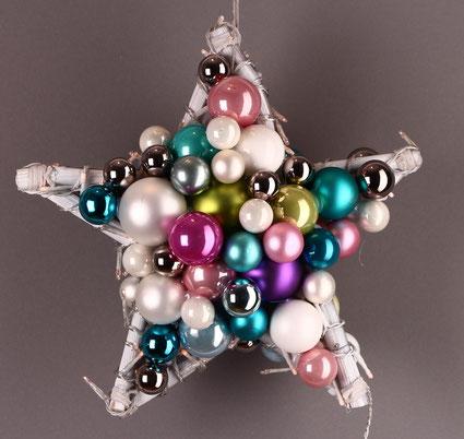 Stern aus Glaskugeln in verschiedenen Farben