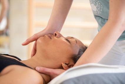 Physiotherapeutin Petra Punz behandelt Kopfschmerzen in ihrer Praxis in Weiz