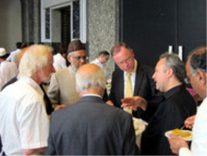 Oberbürgermeister Weil (Mitte) im Gespräch mit Mohammad Afzal Qureshi und Avni Altiner (SCHURA-Vorsitzender)