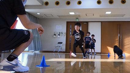 熊本で唯一のリズム感アップ運動知育教室スターアカデミーのミニハードルを使ったレッスンの様子