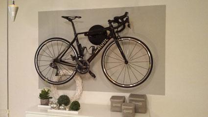 Hallo Christian ,  wie versprochen ein Foto von der Halterung mit Bike.  Mit freundlichen Grüßen  (Oliver S.)