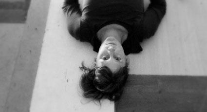 Roswitha Emrich liegt auf dem Fußboden