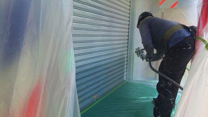 蓮田市の店舗兼住宅、シャッターを温風低圧機による吹付け塗装工事の様子