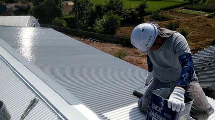 1級建築塗装技能士が屋根塗装している写真