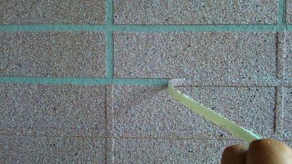 春日部市の戸建住宅、外壁塗装をエレガンストーン吹付けでの様子