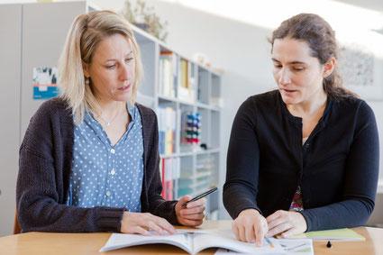 Bild: Mutter und Lehrerin im Gespräch