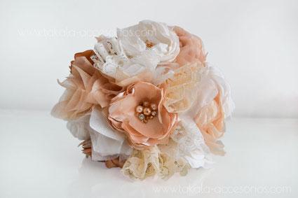 Ramo de novia artesanal de flores de tela, estilo vintage con centros de piedras.