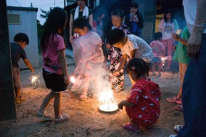 花火を楽しむ子供たち