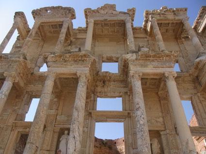 トルコのエフェンス遺跡、世界最古の図書館で向かい側は娼婦館です。政治家や学者が図書館の秘密地下道から通ったそうです。