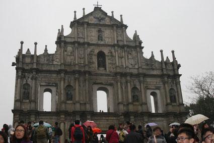 マカオ 世界遺産聖ポール天主堂、向かって中央右は日本人キリスト教徒の殉教者 天草四郎の立像