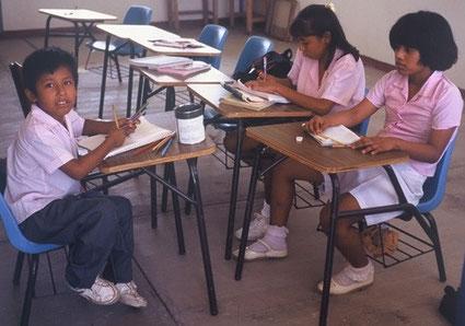 Schulkinder bei den Hausaufgaben im Förderzentrum von Juchitan.